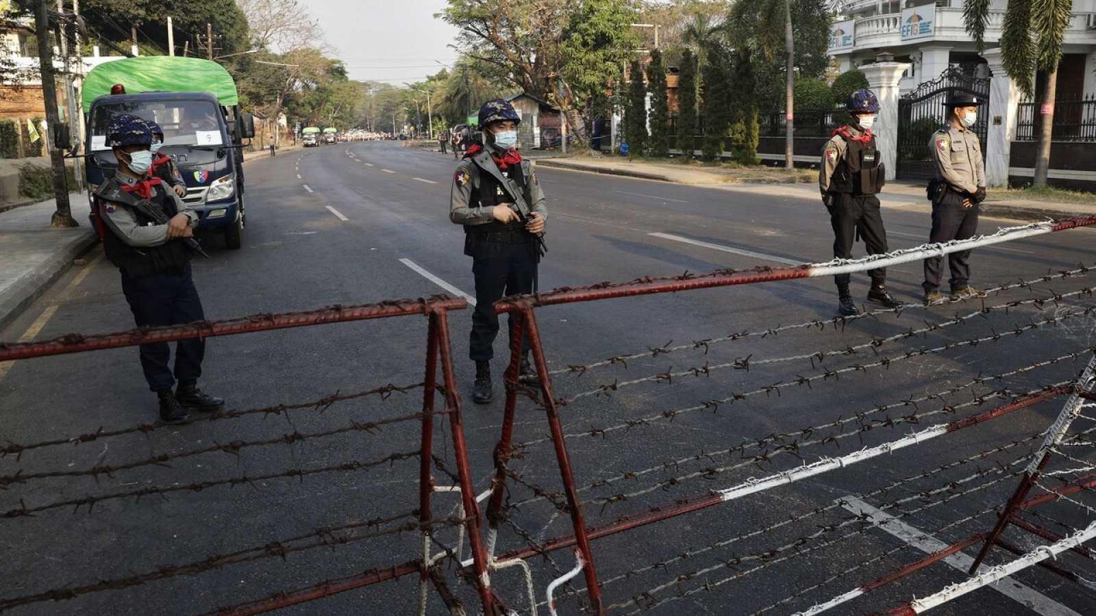 Militares protegen la embajada de Estados Unidos en Mandalay (Birmania) durante una protesta contra el golpe de Estado