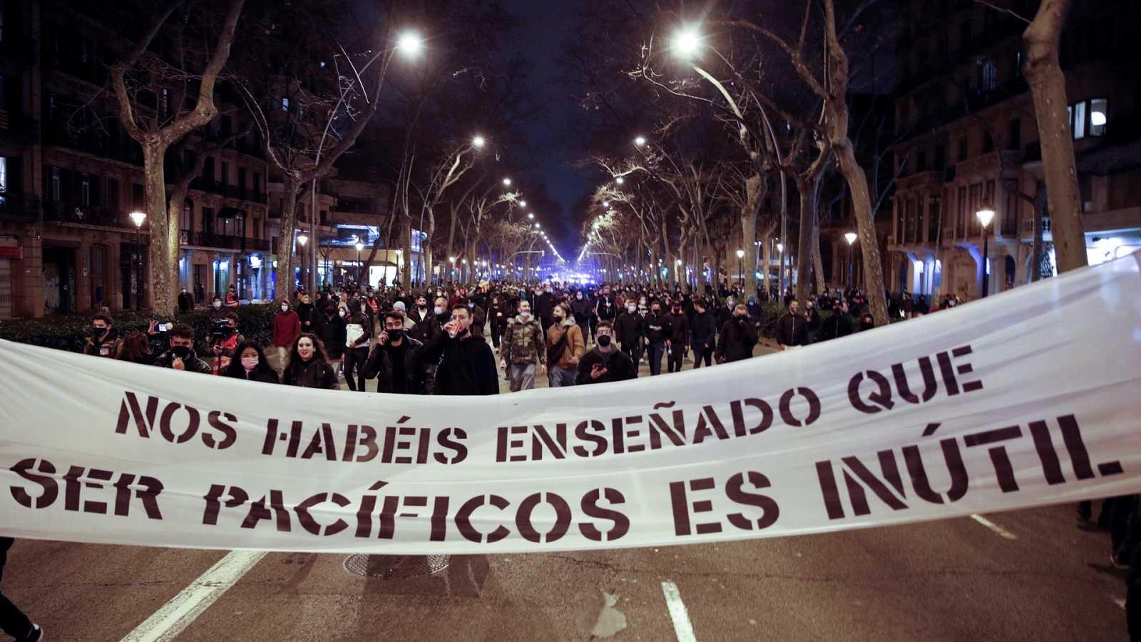 Cabecera de la manifestación por la libertad de Pablo Hasél, a su paso por la Gran Vía de Barcelona, este domingo.