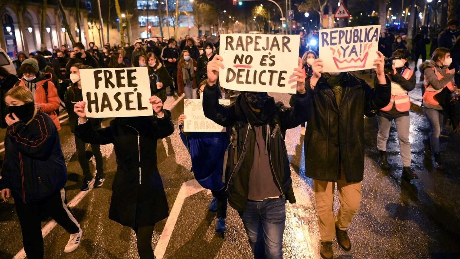 Séptima noche de protestas en Barcelona en contra del encarcelamiento del rapero Pablo Hasel