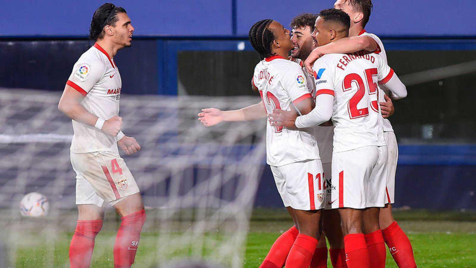 Los jugadores del Sevilla celebran un gol ante Osasuna