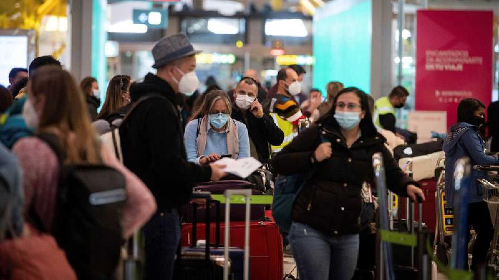 Pasajeros en la terminal 4 de Barajas