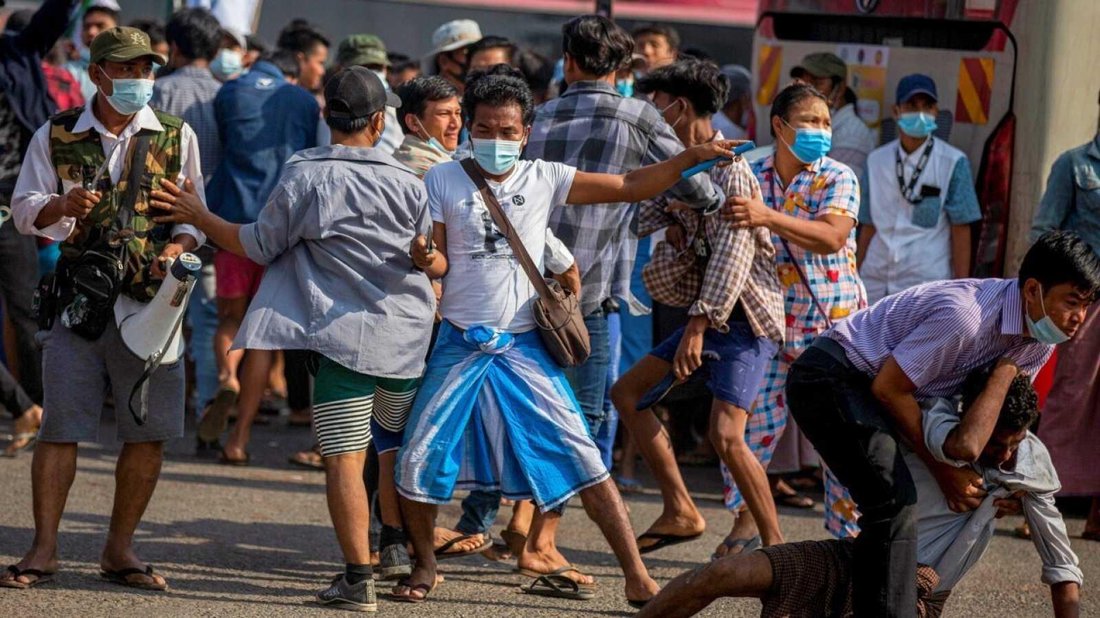 Manifestantes contra el golpe de Estado en Myanmar este jueves