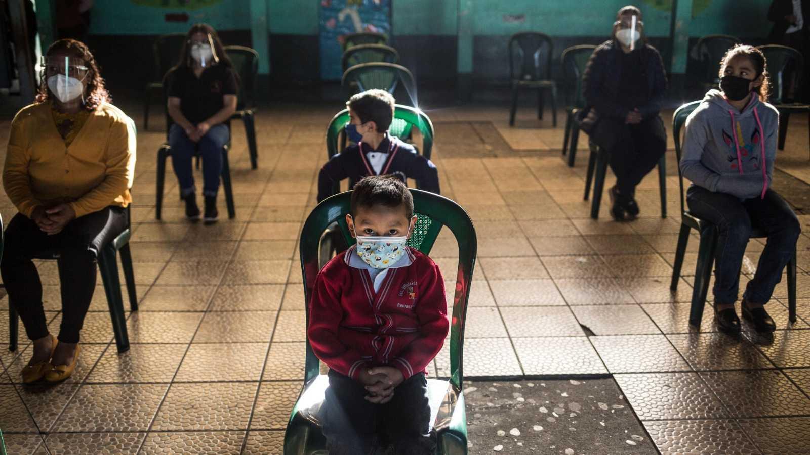Niños en la escuela, en la inauguración de un nuevo ciclo escolar en Chimaltenango (Guatemala)