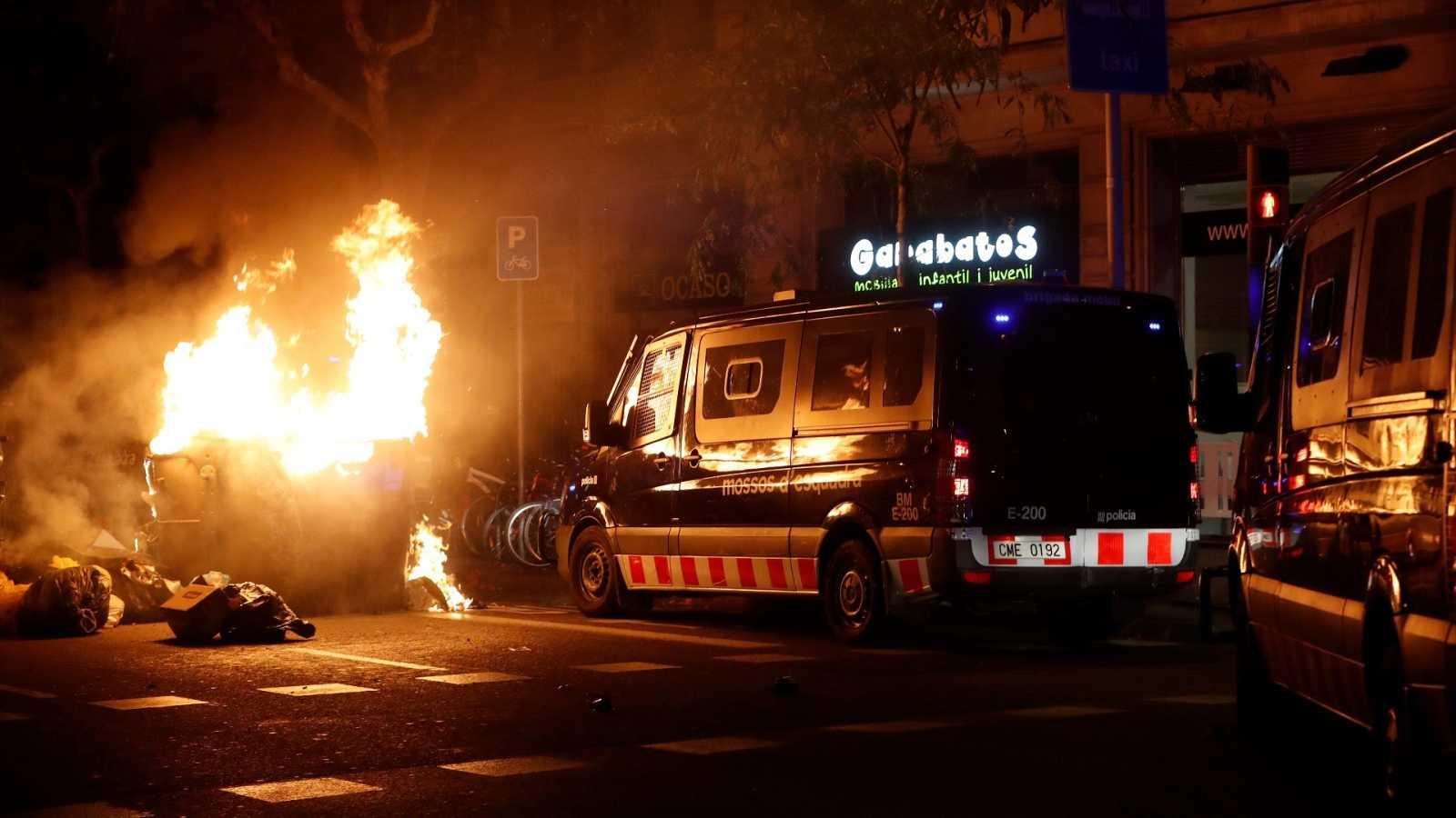 Furgones de los Mossos d'Esquadra durante los disturbios