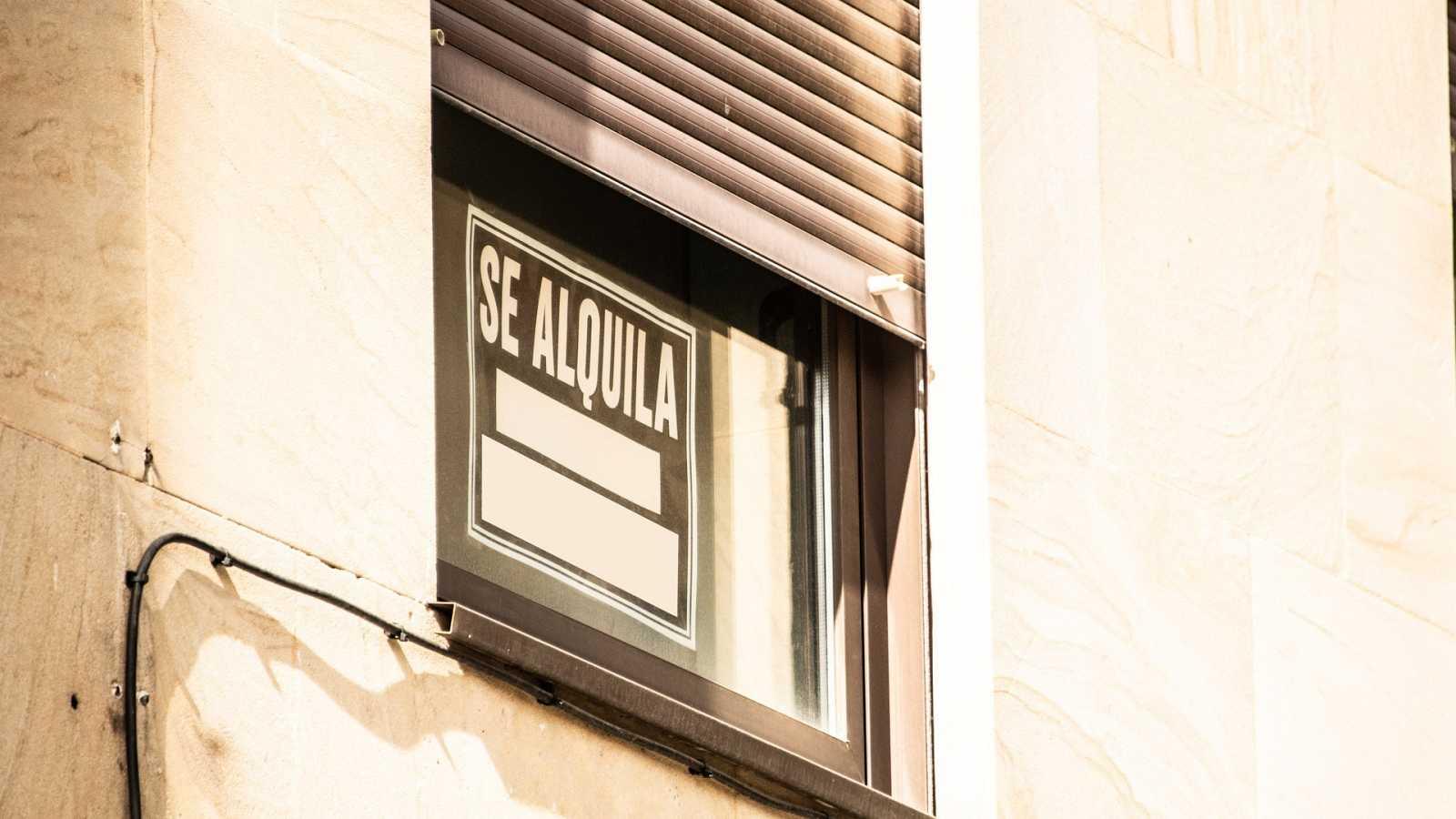 Cartel de 'se alquila' en la ventana de una vivienda.