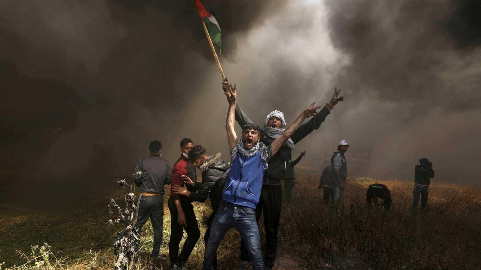 Manifestantes palestinos se enfrentan a soldados israelís en la franja de Gaza en 2018