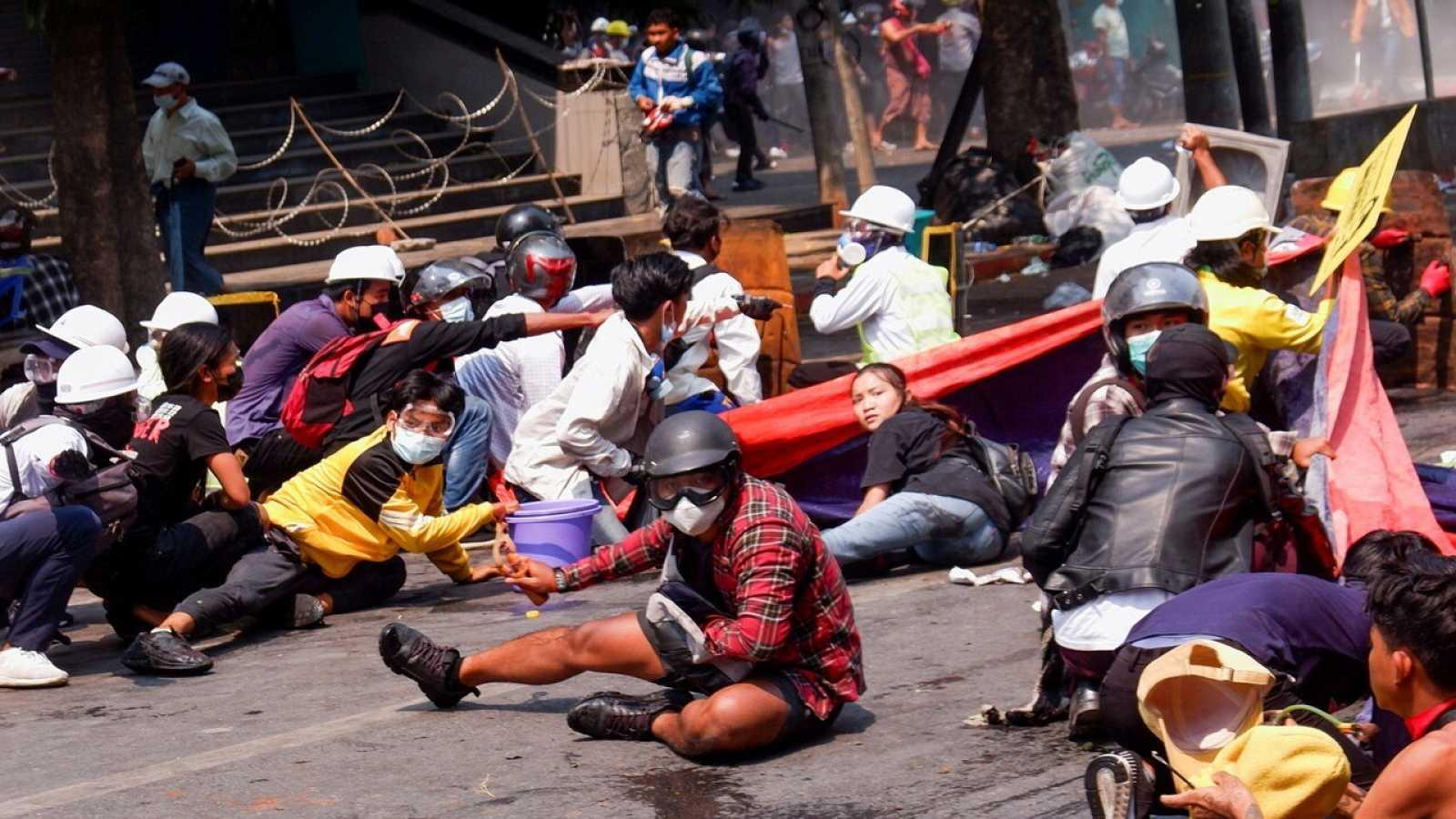 Manifestantes contra el golpe de Estado en Mandalay, una de las principales ciudades de Birmania