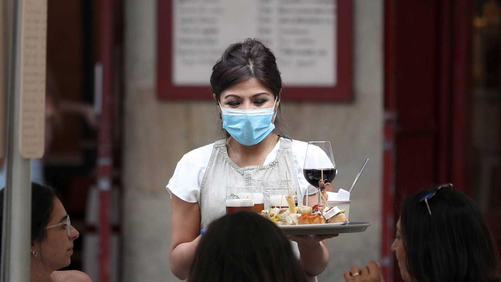 Una mujer trabaja como camarera en un bar de Bilbao
