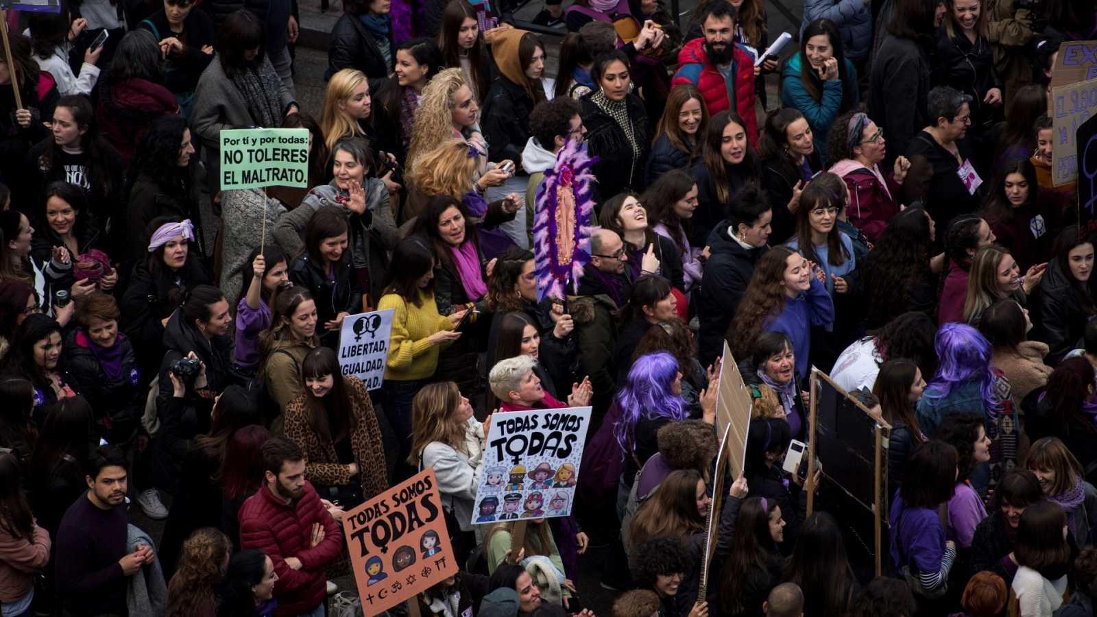 Manifestación del 8M de Madrid a su paso por la Cibeles, el 8 de marzo de 2020.
