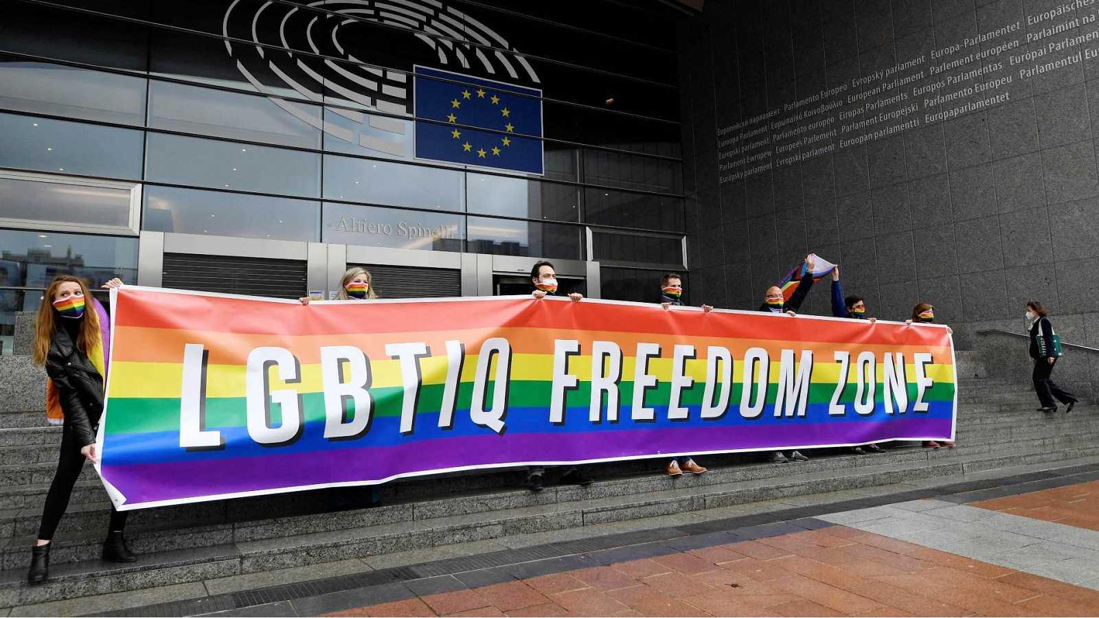 Miembros del Parlamento Europeo muestran su apoyo al colectivo LGTBIQ