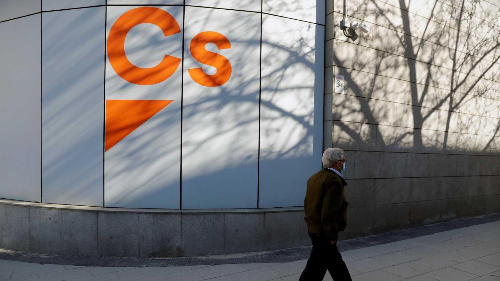 Un hombre pasea junto a la sede de Ciudadanos en Madrid