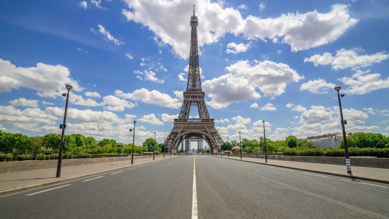 Foto de la Torre Eiffel completamente vacía.