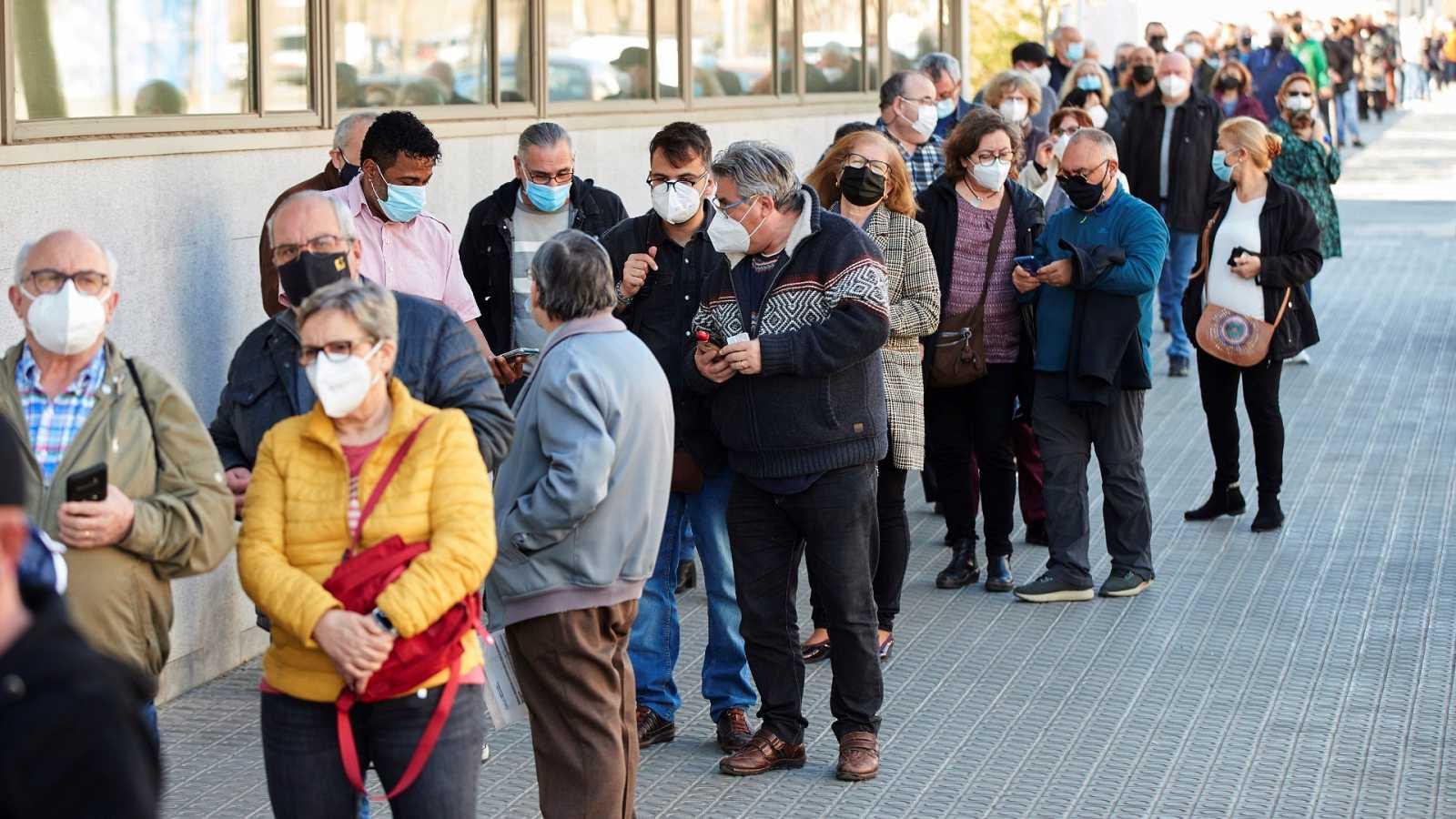 Colas para vacunarse en el centro de atención primaria Casernes de Barcelona con las dosis de AstraZeneca