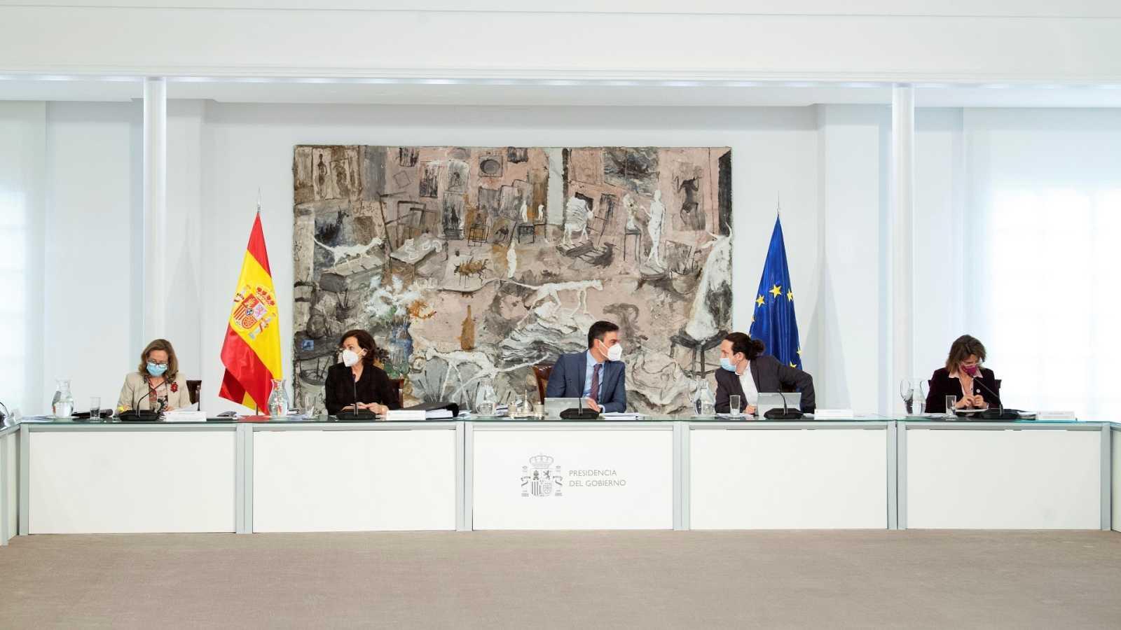 Pedro Sánchez, conversa con Pablo Iglesias, durante la última reunión del Consejo de Ministros a la que ha asistido como vicepresidente segundo