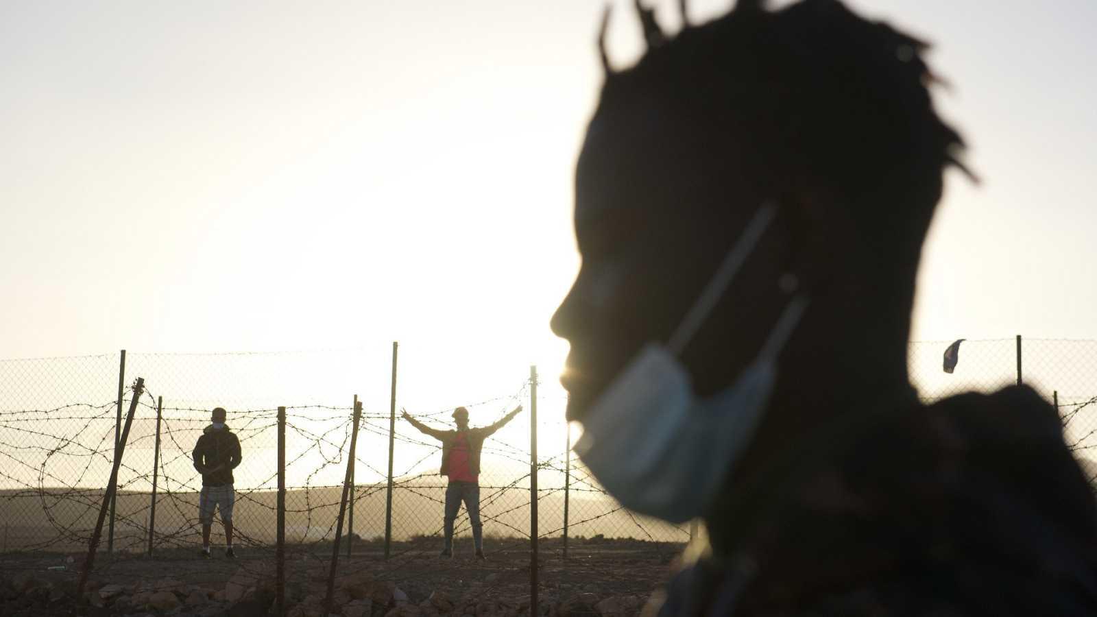 Varios inmigrantes en el campamento de atención a inmigrantes de El Matorral, en Fuerteventura.