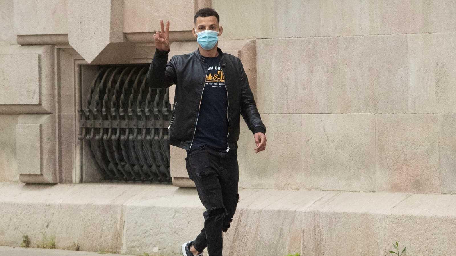 Uno de los acusados, a su llegada a la Audiencia de Barcelona, donde prosigue el juicio.