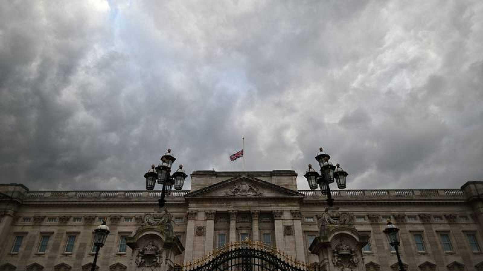 La bandera del Reino Unido ondea a media asta en el Palacio de Buckingham, Londres, en señal de duelo por el fallecimiento del príncipe Felipe, duque de Edimburgo