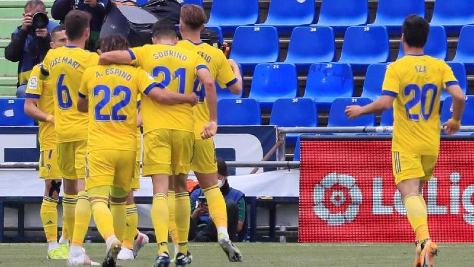 Los jugadores del Cádiz celebran el gol ante el Getafe, marcado en propia puerta por Timor.