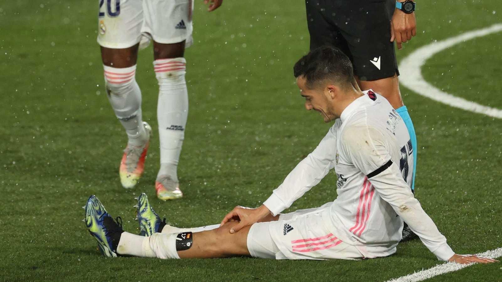 El jugador del Real Madrid, Lucas Vázquez, se duele en el suelo