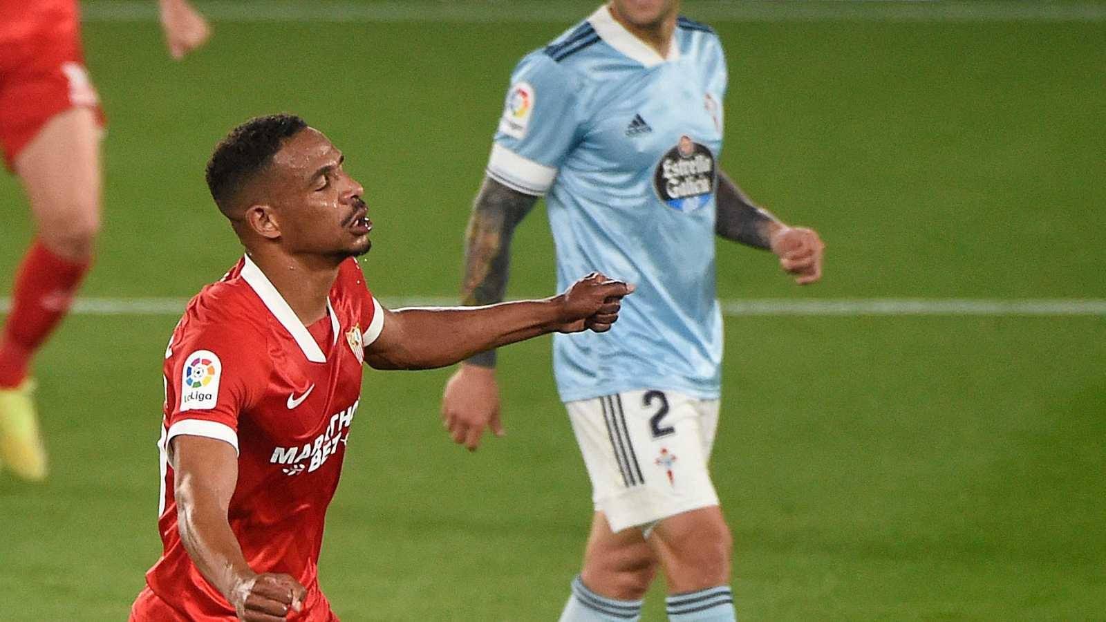 Fernando (en primer término) celebra un gol del Sevilla en Vigo