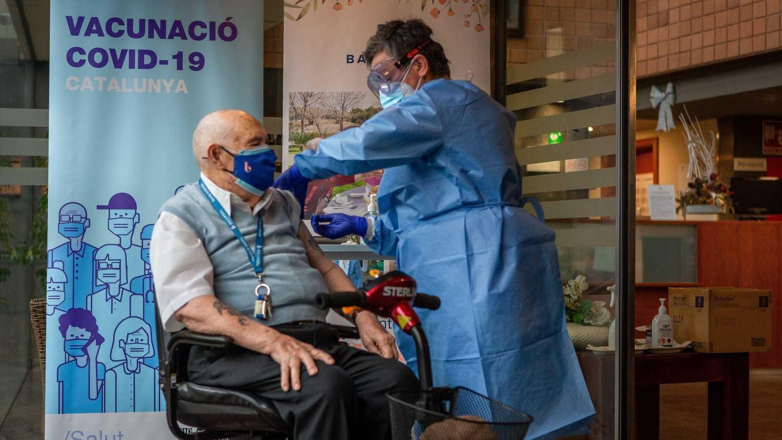 Rafael Perea, de 94 años de edad, recibe la vacuna Pfizer contra la COVID-19 en Badalona.
