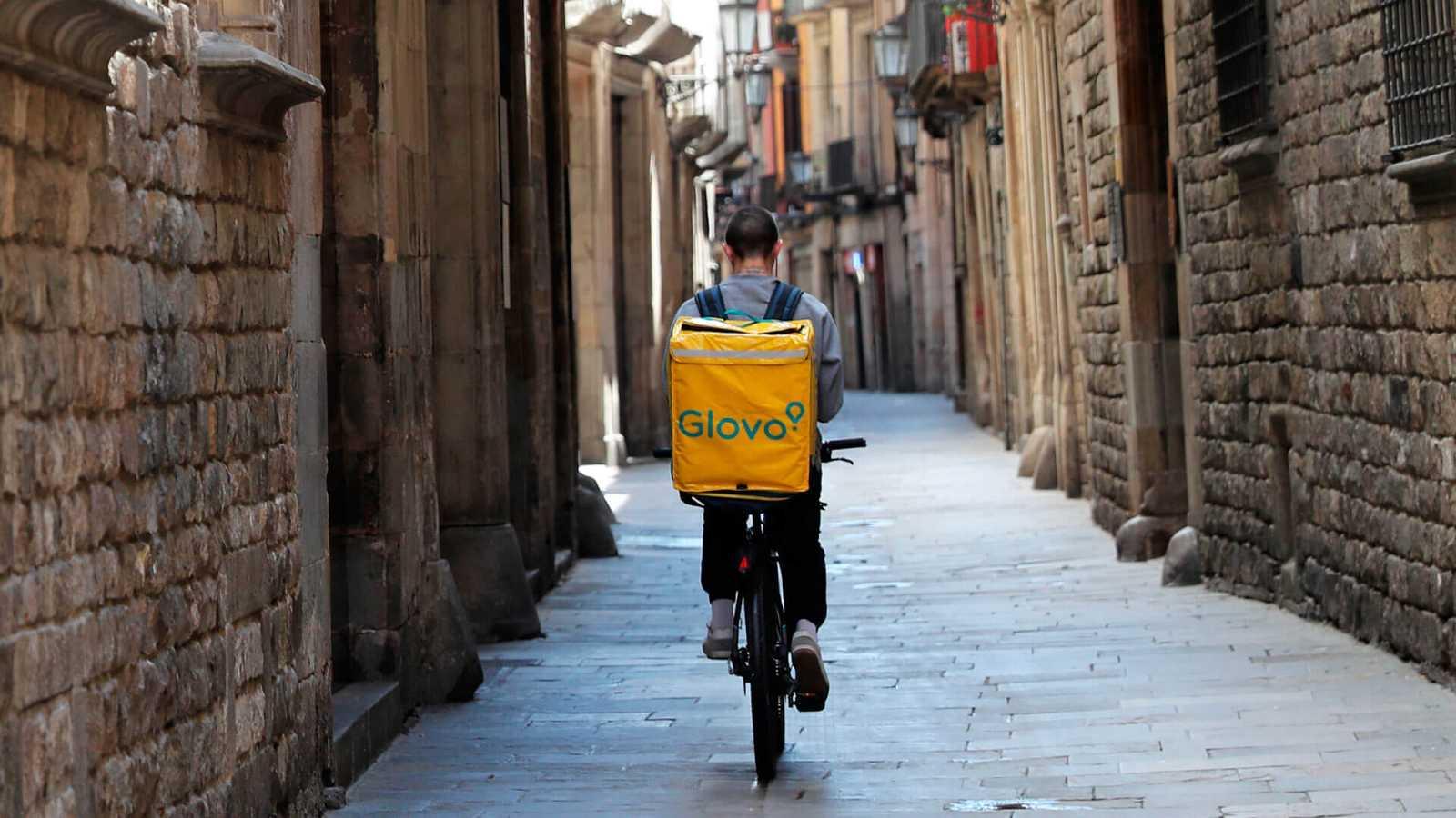 Repartidor de la plataforma Glovo en una calle solitaria de Barcelona