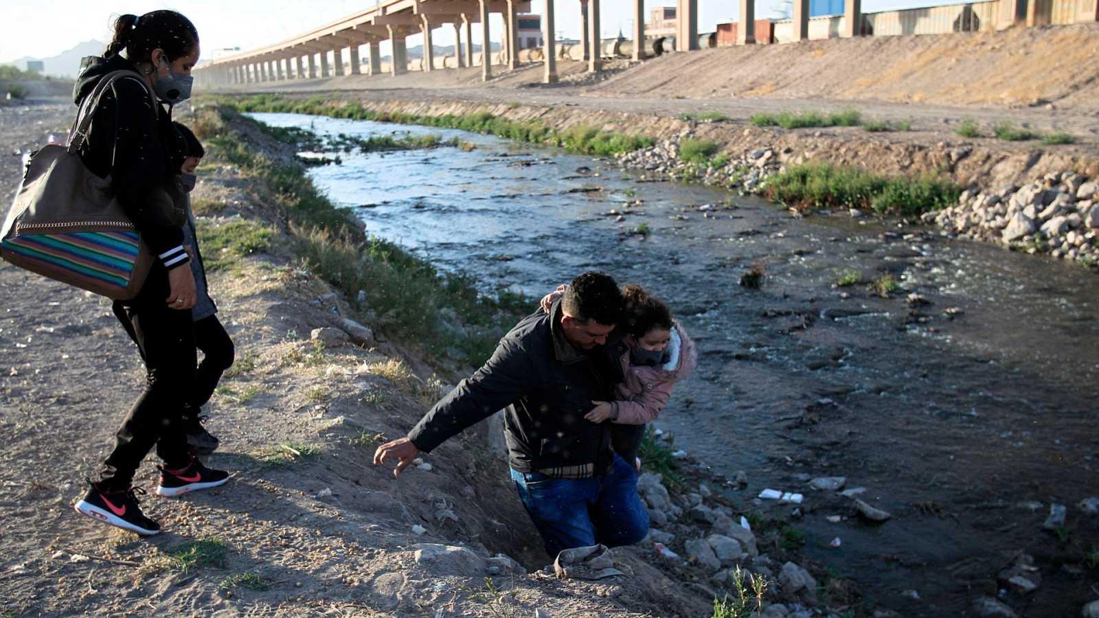 Una familia trata de acceder a los Estados Unidos cruzando el Rio Bravo