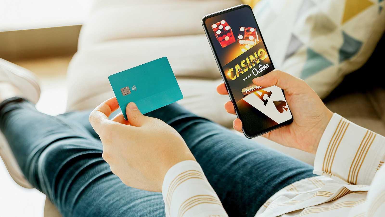 Una persona jugando con dinero online