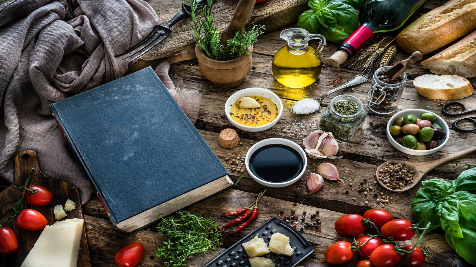 Un libro rodeado de alimentos