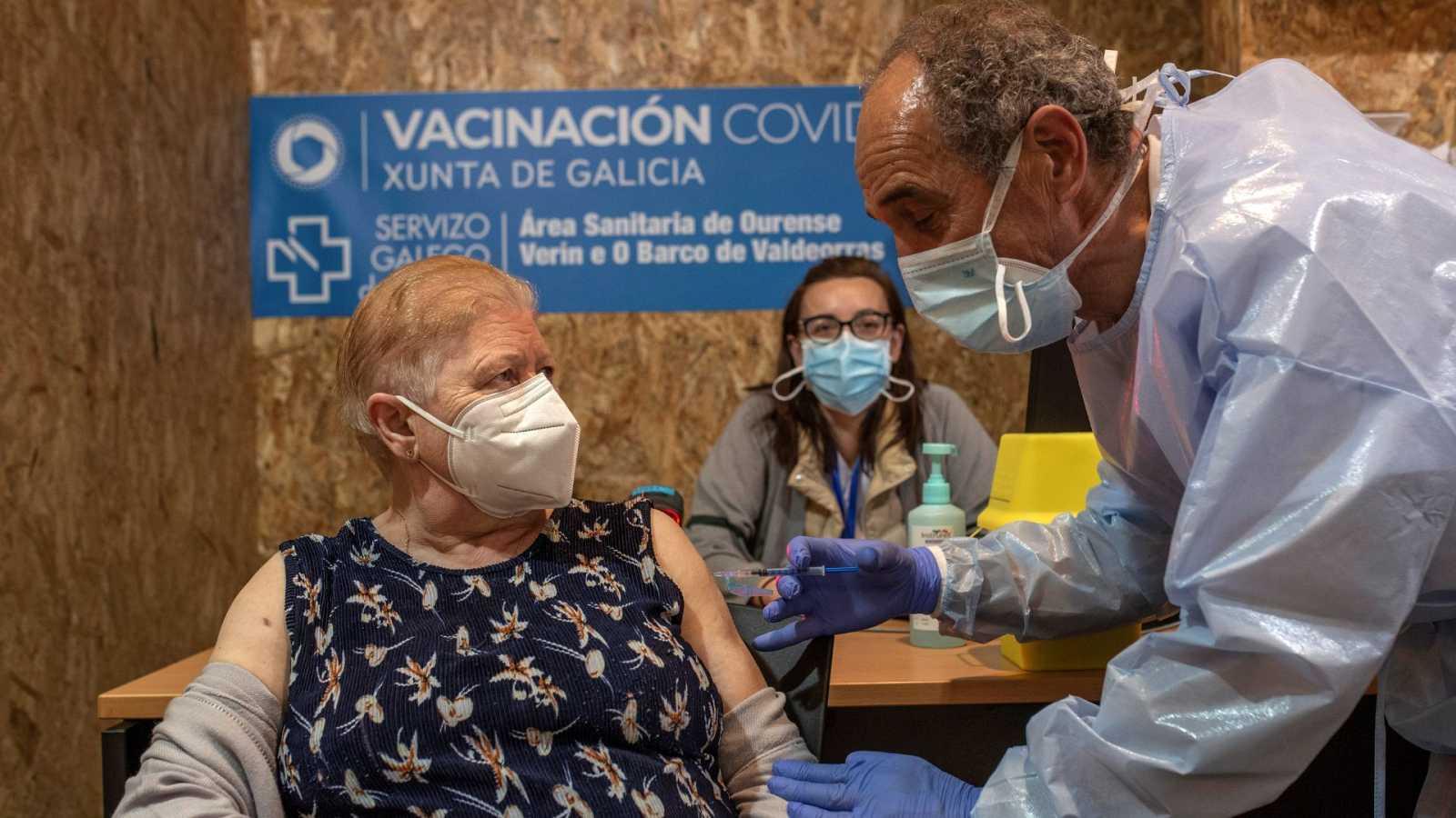 Una mujer recibe una vacuna contra el coronavirus