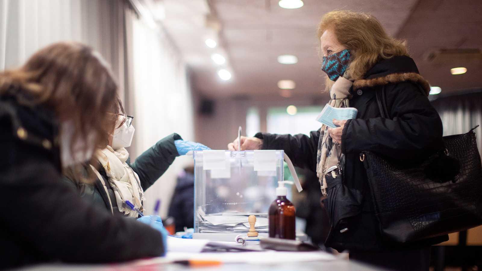 Una persona acude a votar con su DNI