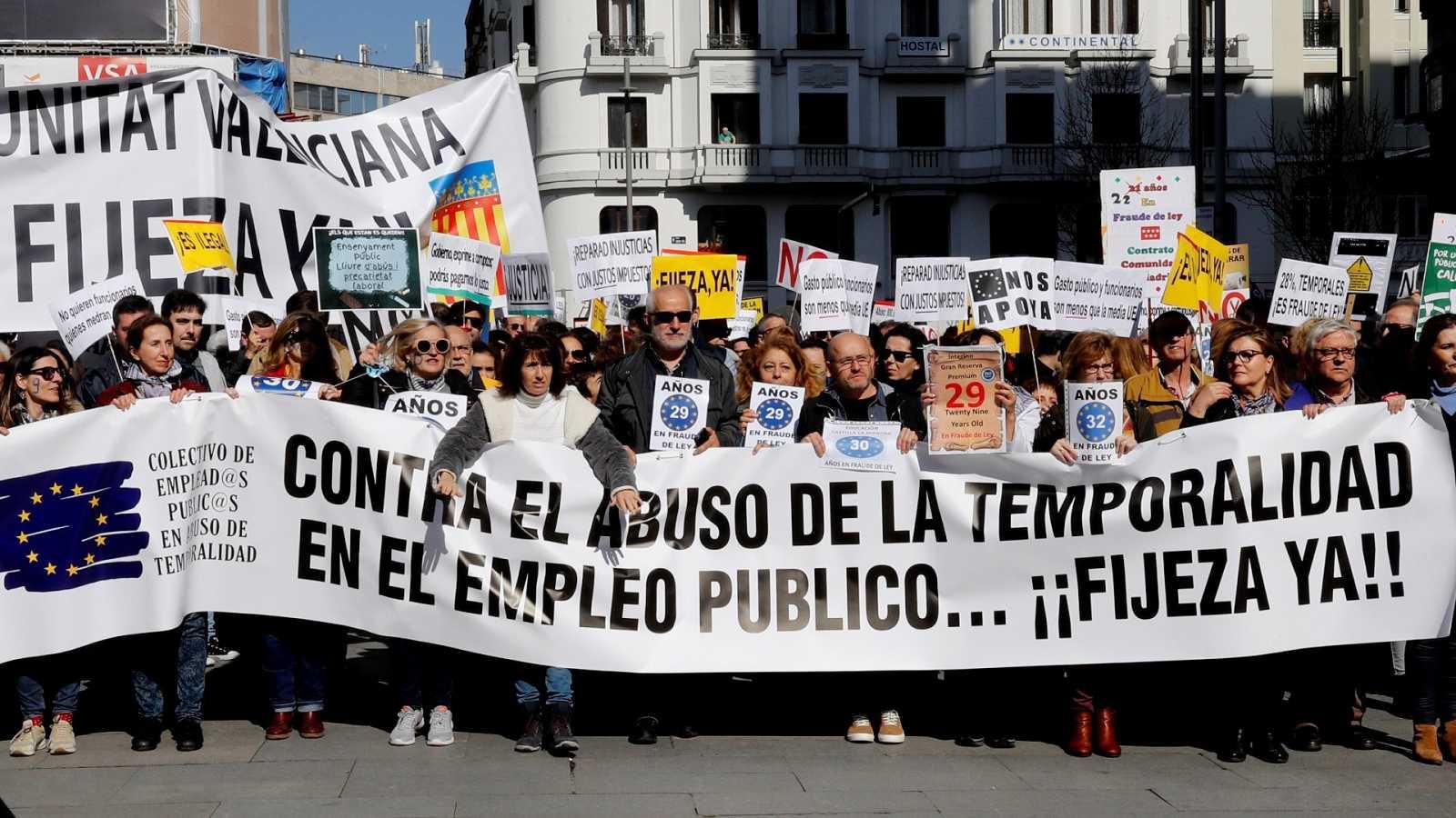 Plataformas de interinos se manifiestan en toda España para protestar contra la precariedad, el fraude en la contratación y reclaman su fijeza.