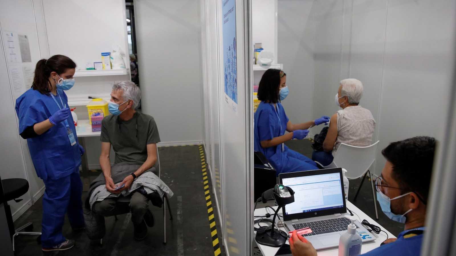Un grupo de personas esperan a ser vacunadas contra la COVID 19 en la Fira de Barcelona