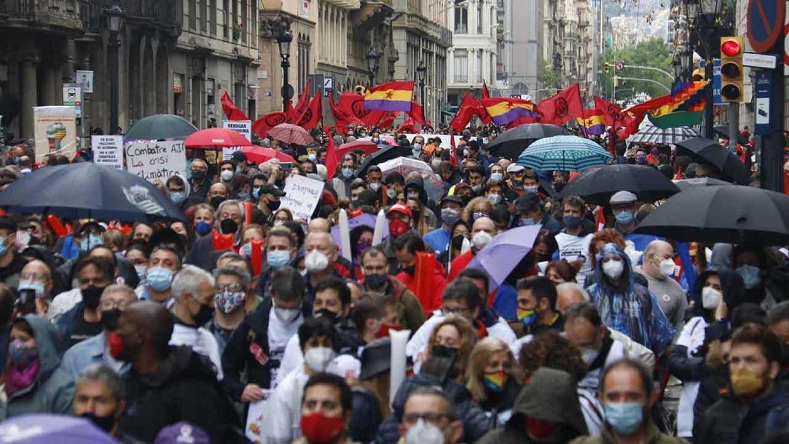 Centenars de persones omplen la Via Laietana per l'1 de maig