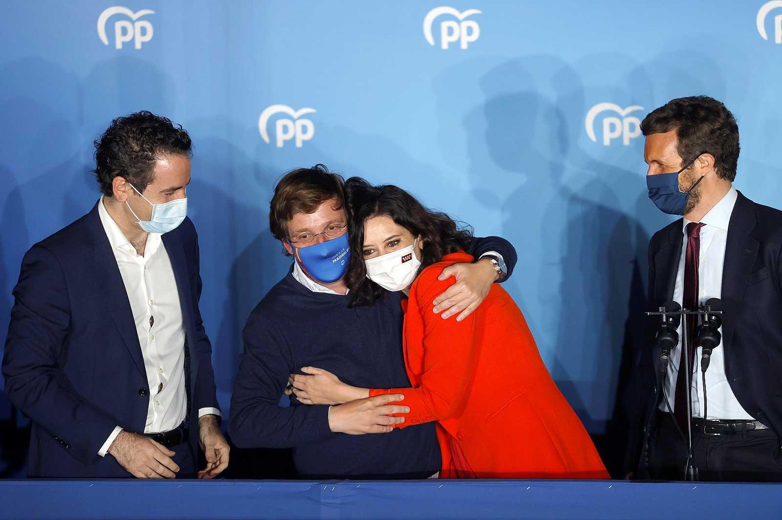 La plana mayor del PP sale al balcón de Génova a celebrar la victoria en Madrid