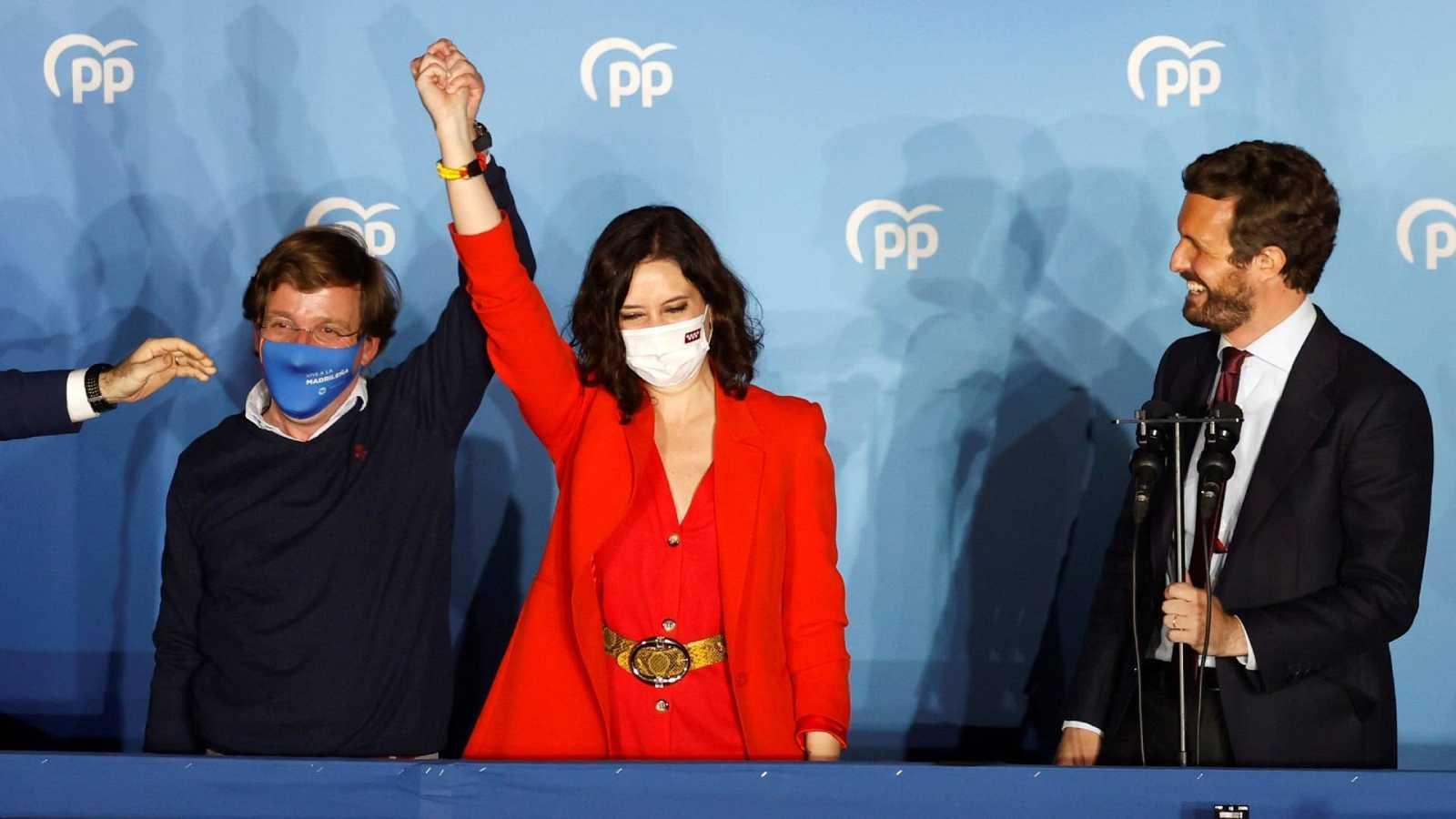La presidenta en funciones de la Comunidad de Madrid y candidata por el PP a la reelección, Isabel Díaz Ayuso, celebra la victoria de los comicios autonómicos madrileños en la sede del partido en la calle Génova.