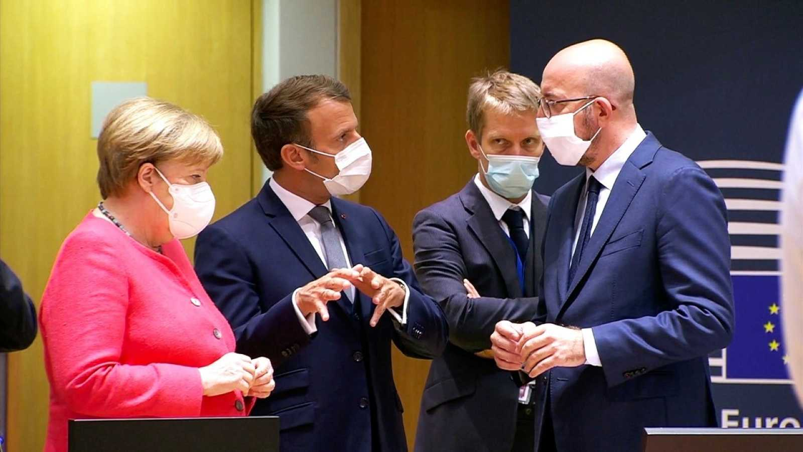 Angela Merkel, Emmanuel Macron, Charles Michel y su asesor, Frédéric Bernard