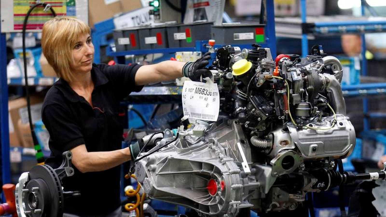 Una trabajadora en la factoría de Nissan en Barcelona