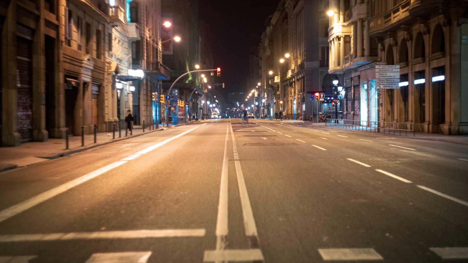 Una calle vacía por la noche debido al toque de queda