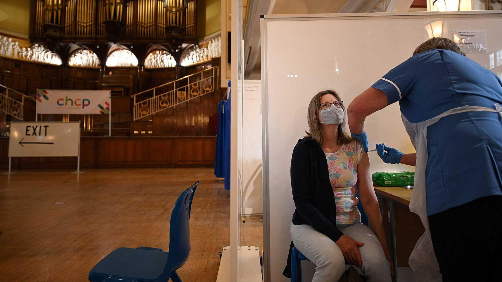 Una mujer recibe la primera dosis de AstraZeneca en la ciudad inglesa de Hull.