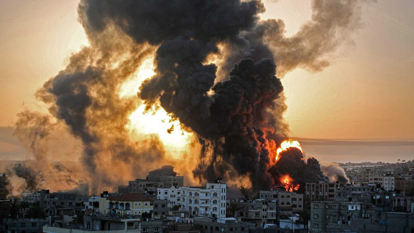 Un incendio en Khan Yunish tras un ataque aéreo israelí contra objetivos en el sur de la Franja de Gaza