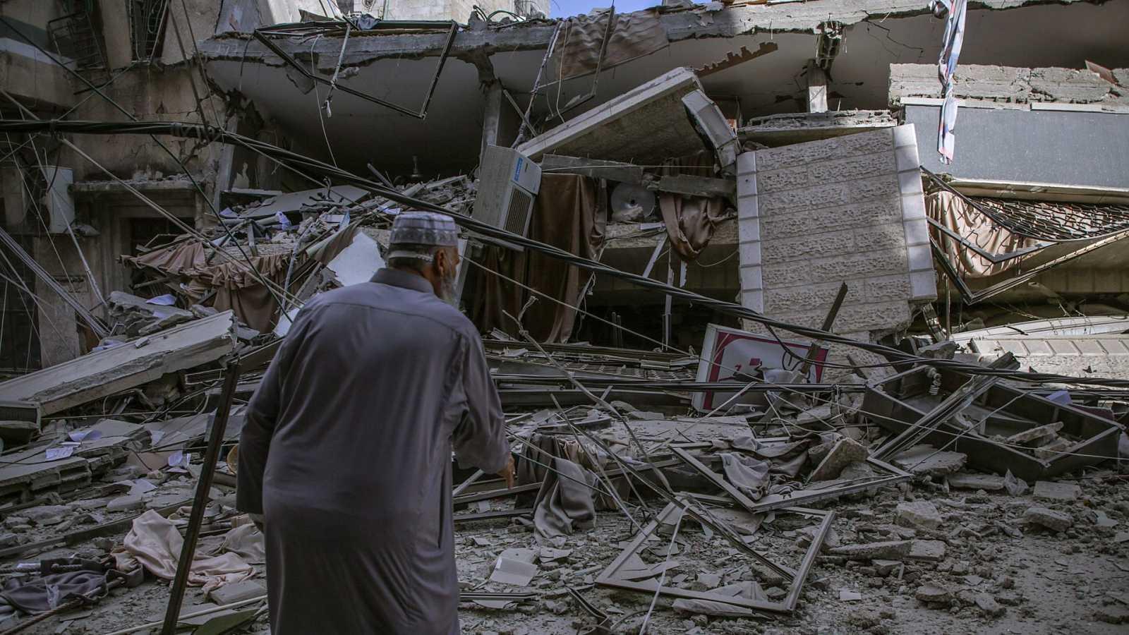Un palestino observa los destrozos de una vivienda tras un ataque aéreo israelí en la Franja de Gaza