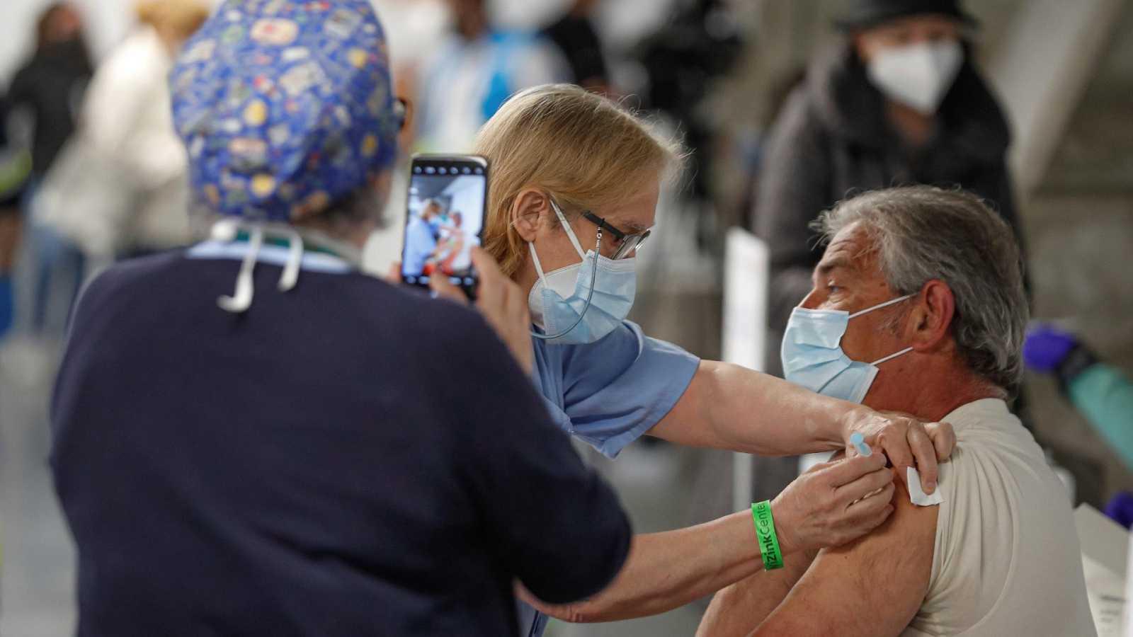 Una persona recibe una dosis de vacuna contra la COVID-19 en el Wizink Center de Madrid