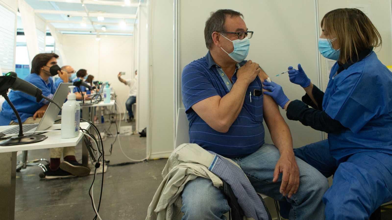 Una enfermera vacuna a un hombre en el centro de vacunación de la Fira de Barcelona