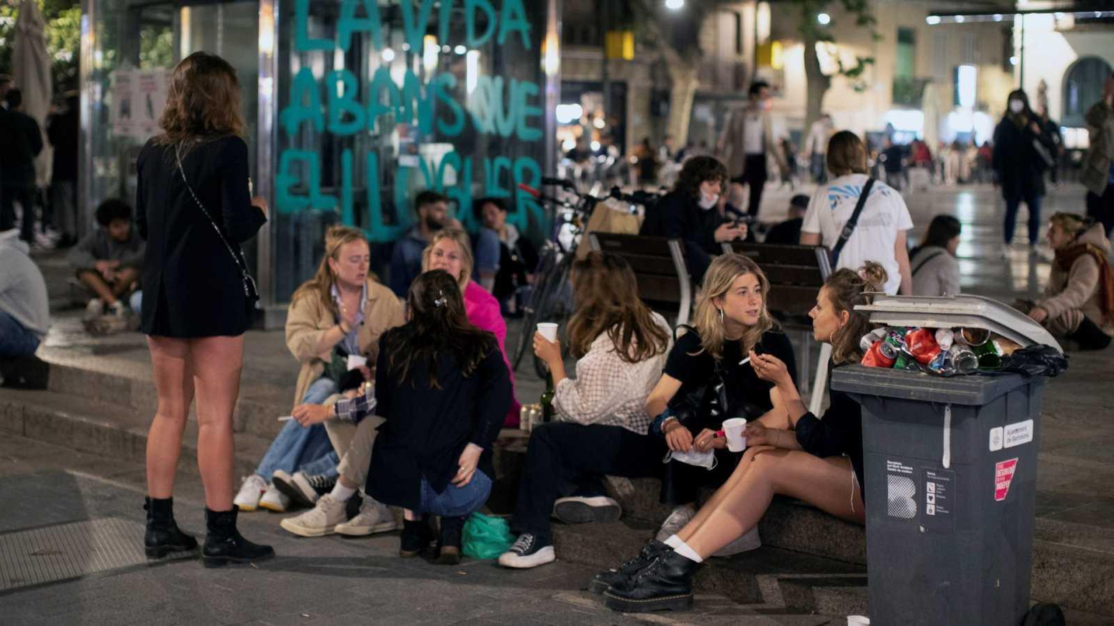Unos jóvenes se divierten en una plaza del barrio de Gracia, en Barcelona