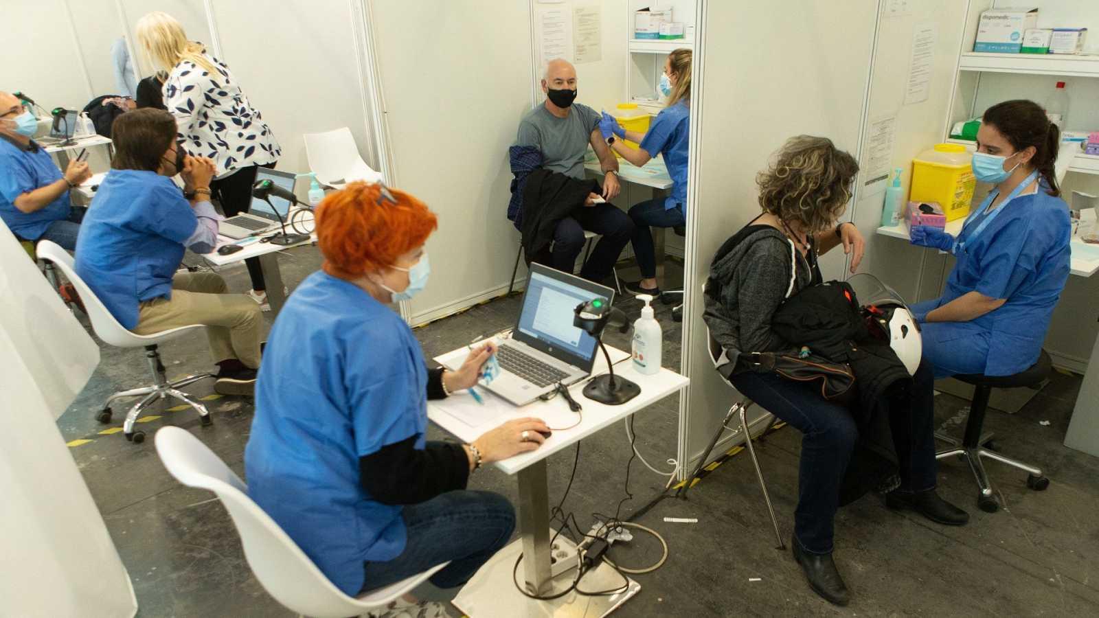 Una enfermera vacuna a una mujer en el centro de vacunación de la Fira de Barcelona