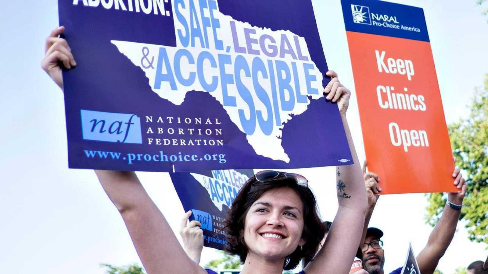 Manifestantes a favor del aborto legal y seguro durante una manifestación en Washington ante la sede del Tribunal Supremo
