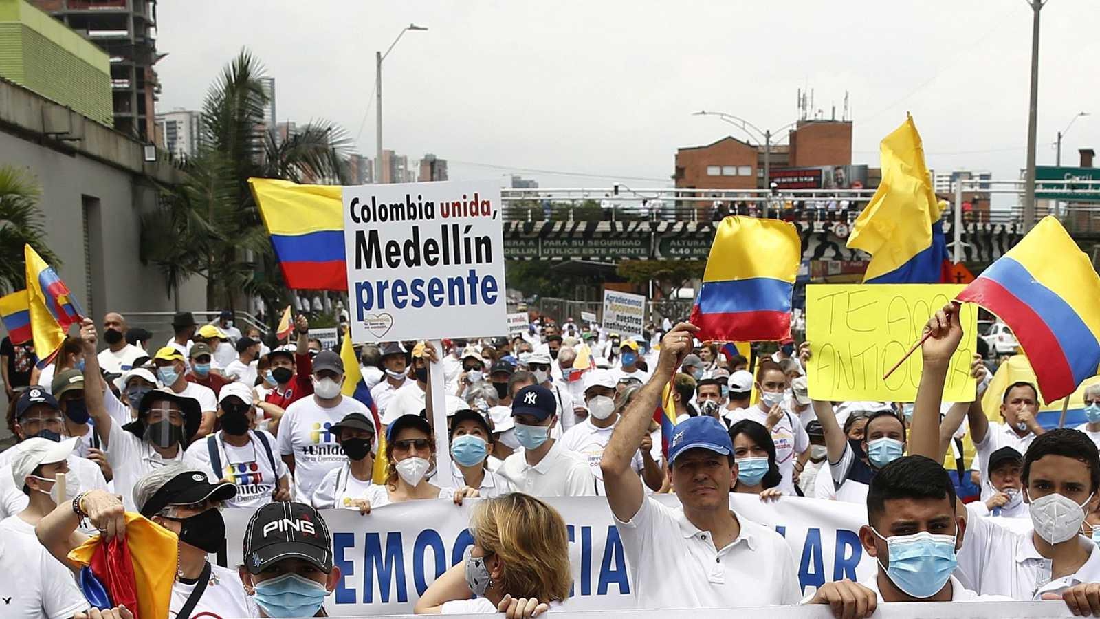 Cientos de personas participan en una marcha contra el Paro Nacional en la ciudad colombiana de Medellín.