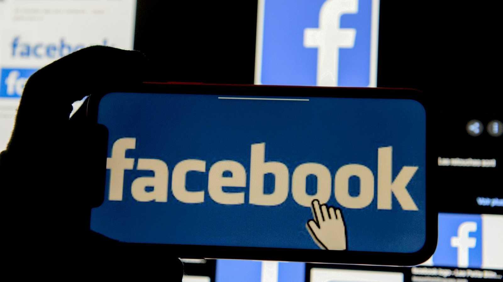 El logo de Facebook desplegado en un teléfono móvil