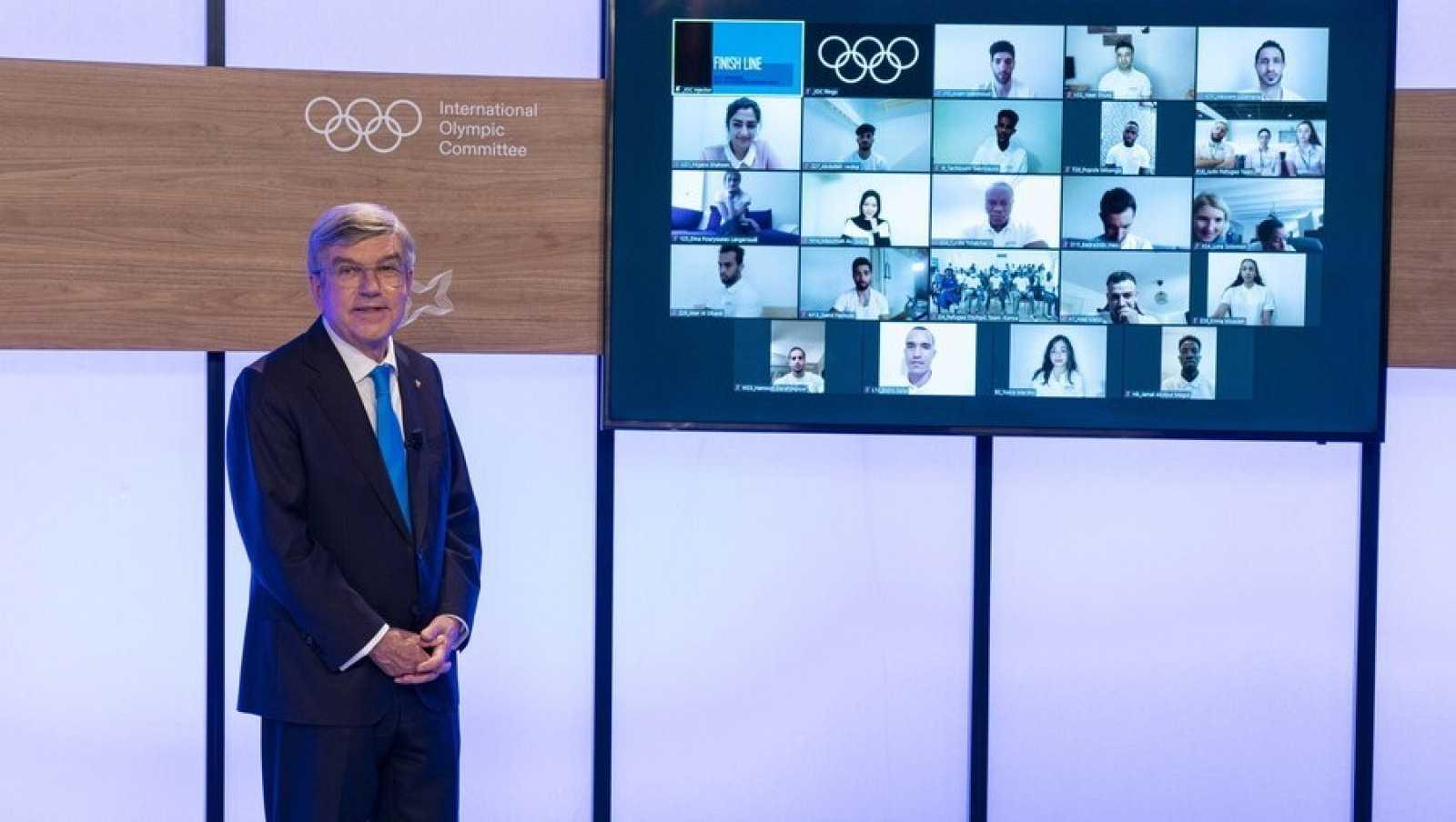 El presidente del Comité Olímpico Internacional, Thomas Bach, anunciando los miembros del equipo de refugiados del COI